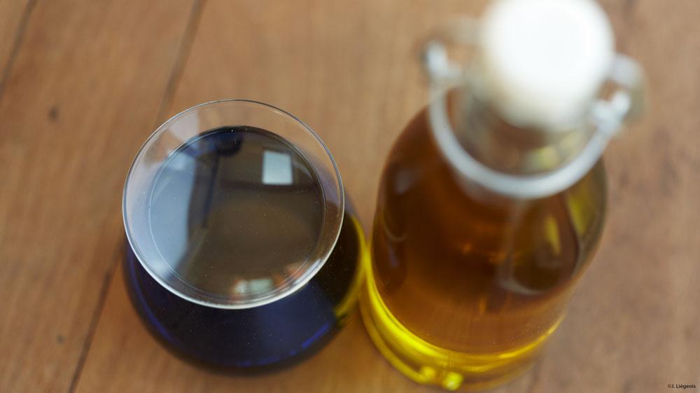 Bouteille-huile-olive-et-verre-bleu---j-liegeois---a-la-une