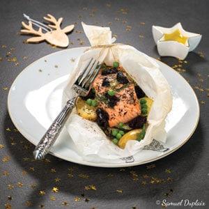 Papillote de saumon aux pommes de terre, petits pois, olives noires