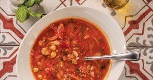 Chorba ou soupe épicée au mouton, tomates, herbes fraîches