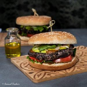 Burger vegan avec un steak végétal
