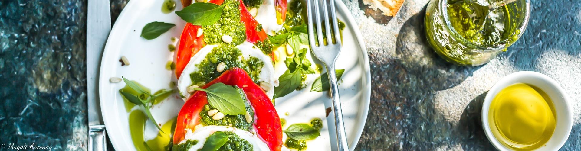 huile-olive-france-salade-tomates-mozzarella-pesto-basilic