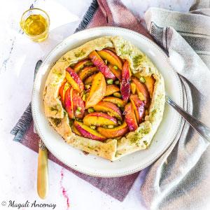 Recette tarte rustique pêches pistaches huile d'olive goût intense dessert pique-nique déjeuner