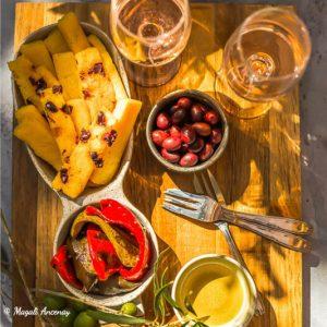 Galettes de polenta, olives, huile d'olive