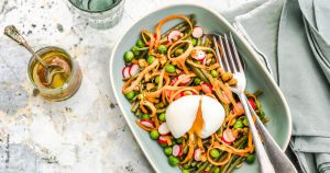 Salade de haricots, petits pois, radis, oeufs